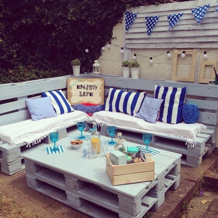 déco de style marine avec accessoires en blanc et bleu, modèle de mobilier DIY fabriqué en bois peint en gris clair