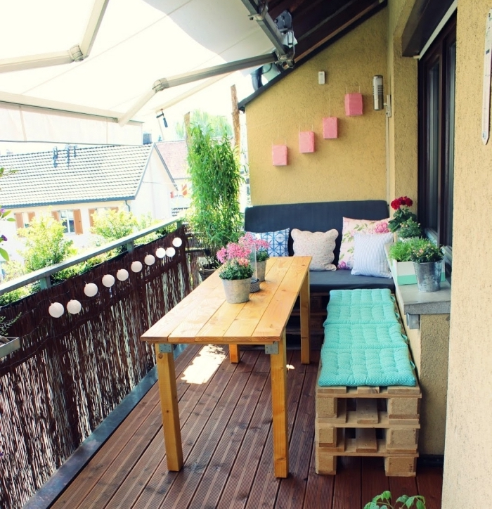 comment décorer balcon ou terrasse avec meuble en palette facile à faire soi-même, objet de déco en rose et vert