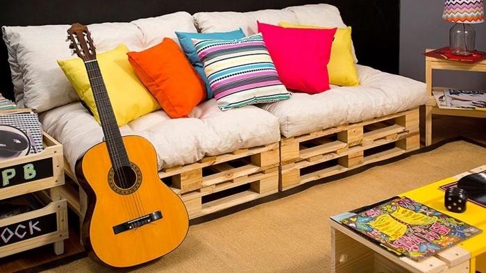 déco de studio étudiant avec meubles en palettes et accessoires coussins colorés, modèle de canapé en bois DIY