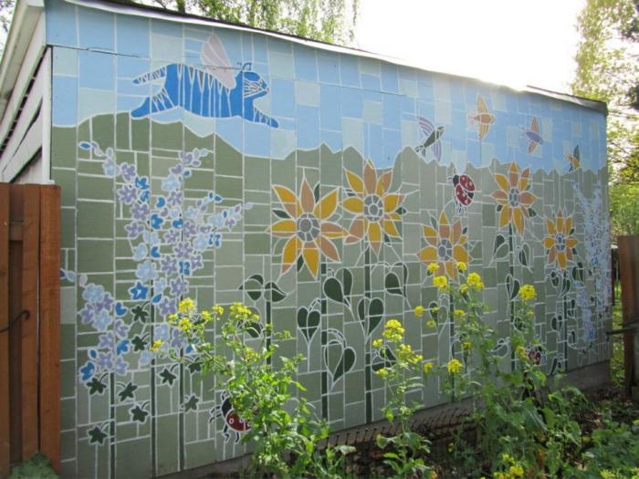 deco mur exterieur avec grand mosaïque en couleurs vives, petite construction pour les outils de jardinage, idee deco jardin exterieur