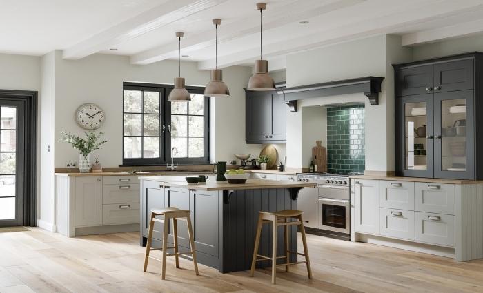 déco de cuisine grise et bois au plafond blanc avec poutres et parquet bois clair, aménagement cuisine d'angle
