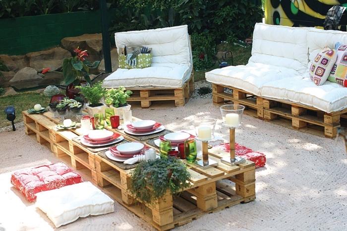 fabriquer meuble avec palettes pour aménager un coin extérieur avec bancs et tables basse en bois fait main