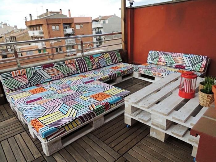aménagement lounge avec canapé palette et table basse, déco de terrasse au plancher bois avec mobilier diy