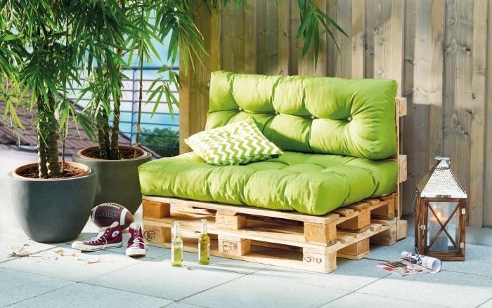 modèle de canapé facile à fabriquer soi-même en palettes de bois, coin repos extérieur avec plantes vertes et mobilier bois DIY