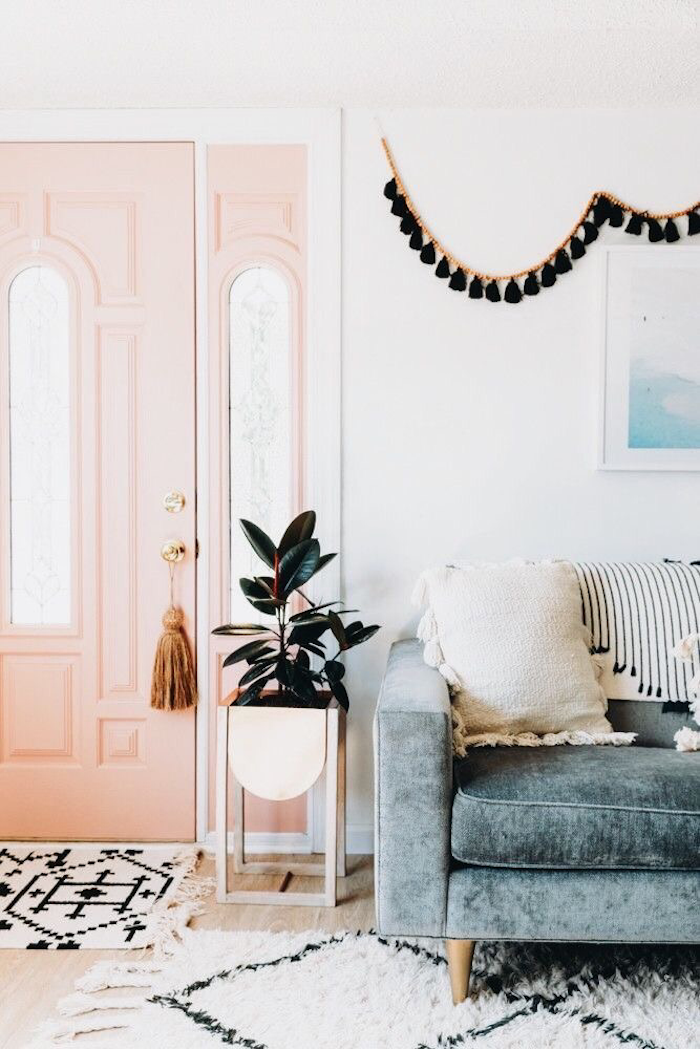Chic décoration chambre blanche et grise ou chambre gris et rose peinture rose pastel porte rose tapis et murs blanches