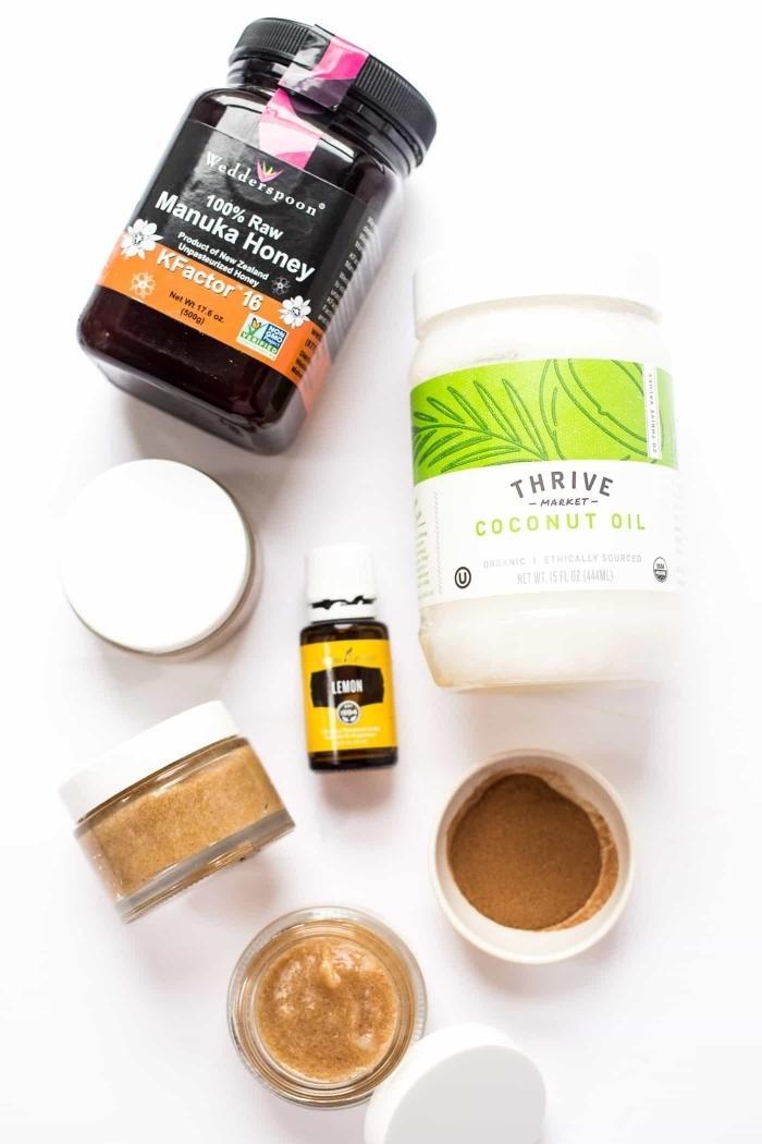 un masque hydratant maison au miel cru, à la cannelle et à l'huile de noix de coco, adapté aux peaux acnéiques grâce à ses propriétés anti-inflammatoire
