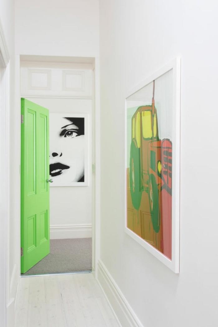 une porte interieur bois en vert fluo qui réveille le couloir blanc monochrome aux accents pop