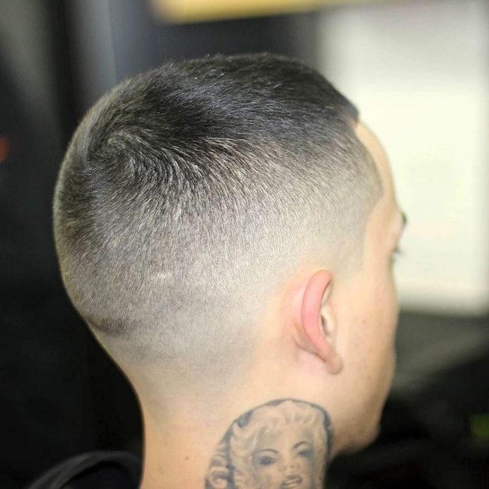 coupe de cheveux homme fondu court style militaire en dégradé et tatouage marilyn dans le cou
