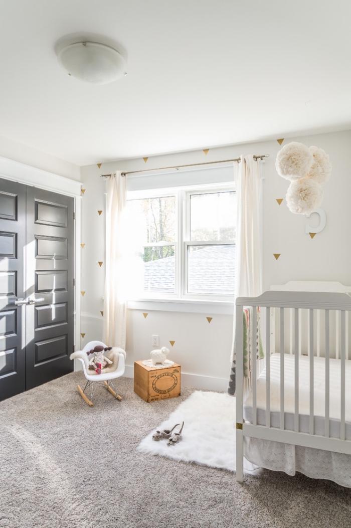 une pore chambre bébé peinte en gris mat qui s'harmonise avec le décor simple et épuré dans l'esprit scandinave