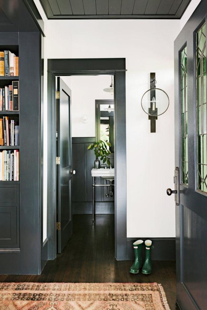 peindre l'encadrement de porte et boiseries en noir, décor d'entrée en noir et blanc d'esprit rustique chic