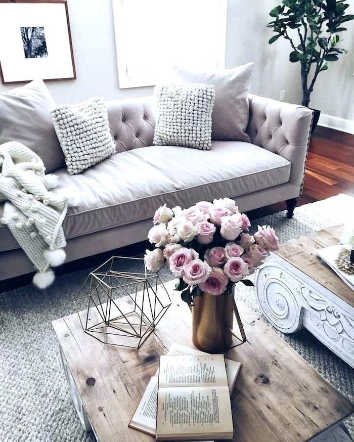 Canapé rose et fleurs roses idée couleur bois de rose salon fille deco idée décoration douce et sucrée maison
