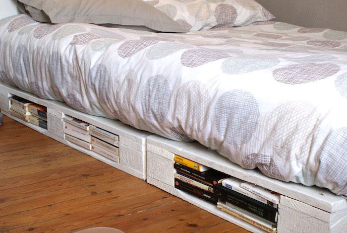 sommier en palettes blanches avec rangements style mini bibliotheque