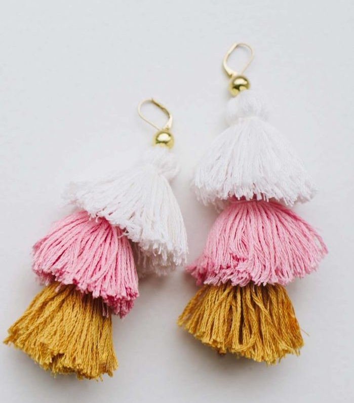 boucle d oreille diy en pompons à franges colorés, activité manuelle ado pour créer un accessoire ado