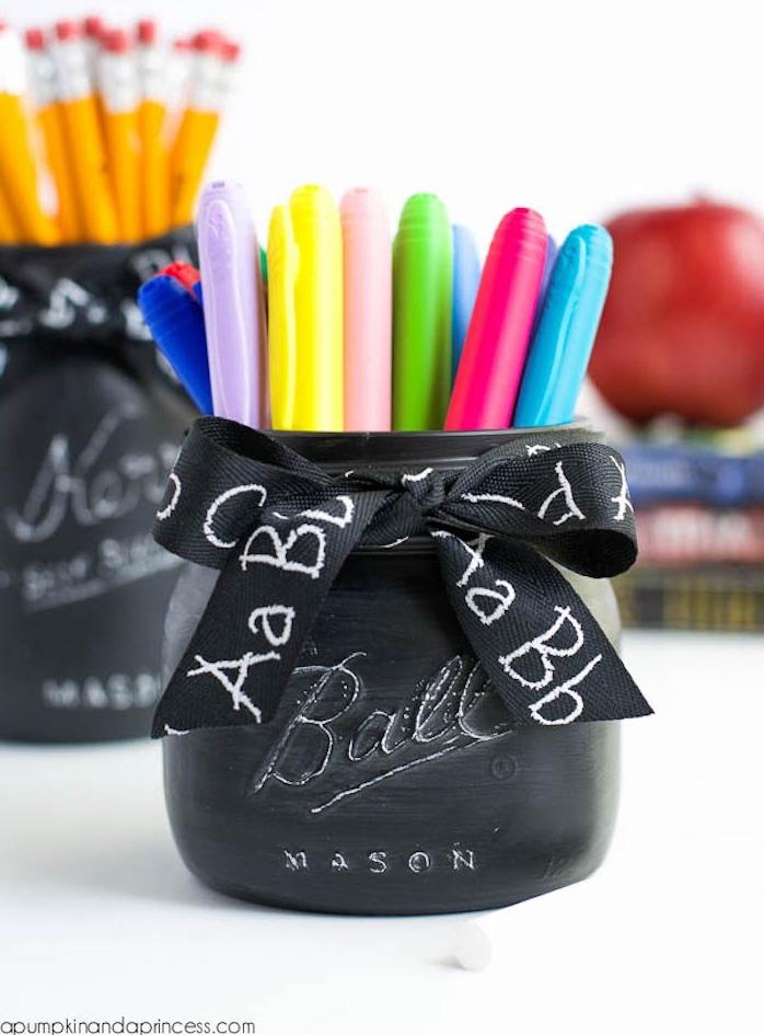 pot en verre repeint de peinture ardoise tableau noir et décoré d un ruban noir avec lettres blanches, stylos et crayons dans un pot diy, cadeau pour maitresse a faire soi meme