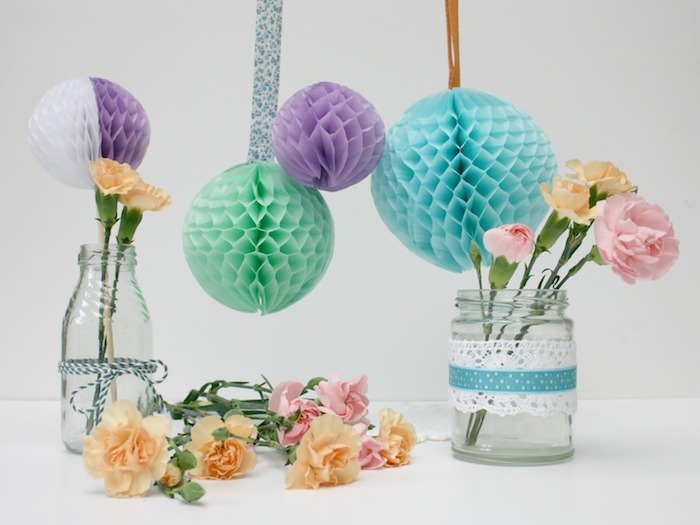 activité manuelle pour ado, idée de décoration bouteille et pot en verre avec dentelle et ficelle, petits bouquets de fleurs, boules colorées en papier