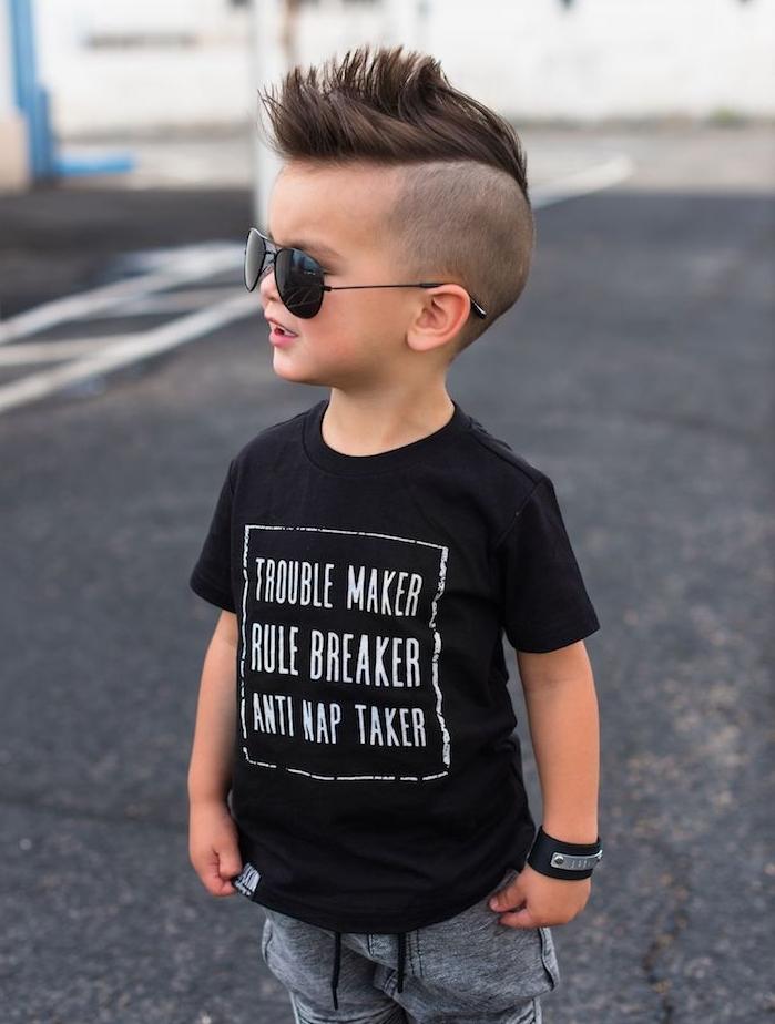 idée de coupe dégradé style rock avec une crête en dessus de la tête, coiffure petit garçon moderne