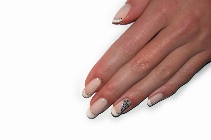 exemple manucure romantique pour ongles longs à design français, modèle de nail art en vernis nude et blanc