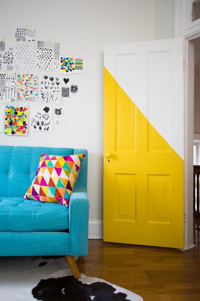 porte interieur bois graphique peinte à moitié en couleur jaune fluo pour lui donner un look contemporaine graphique en harmonie avec la déco géométrique et les touches de couleurs dans le salon