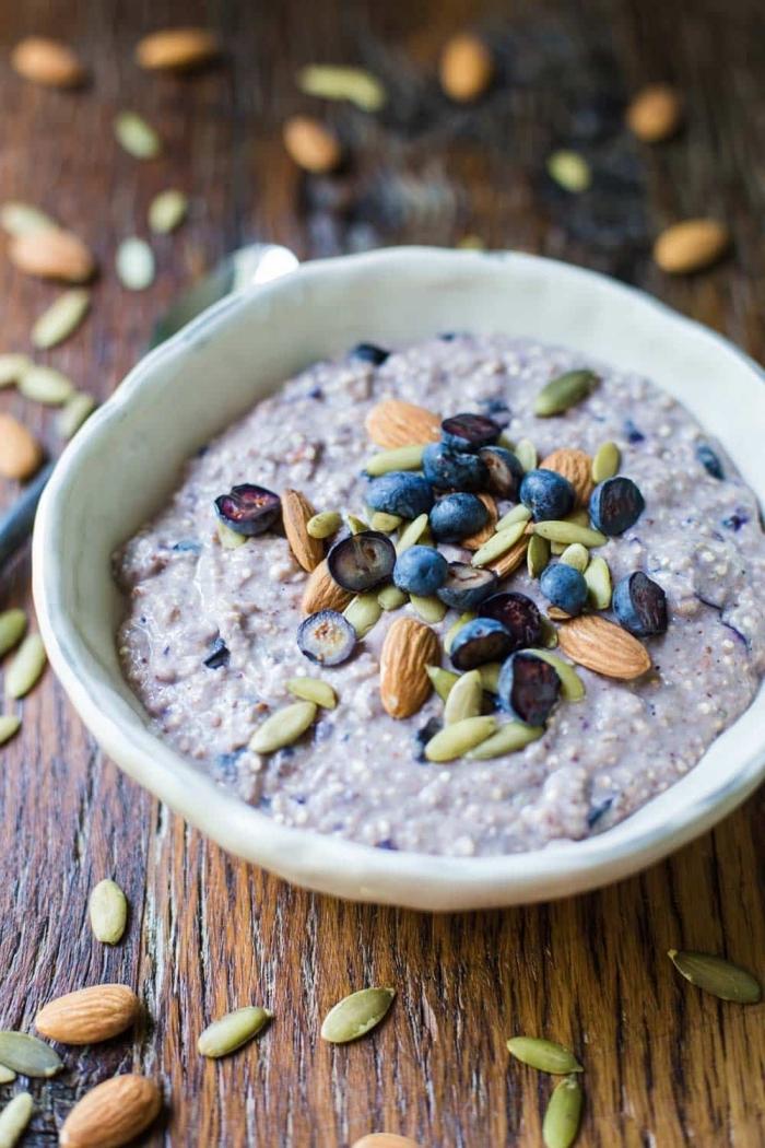 petit déjeuner protéiné de porridge crémeux au quinoa, flocons d'avoine sans gluten, graines et noix