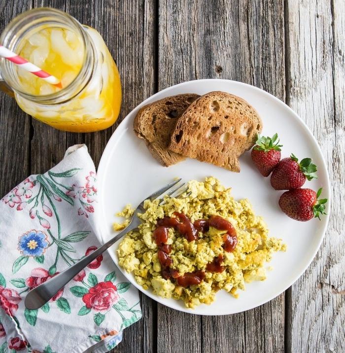 petit déjeuner équilibré et rassasiant de tofu façon oeufs brouillés, comment remplacer les oeufs dans la cuisine vegan