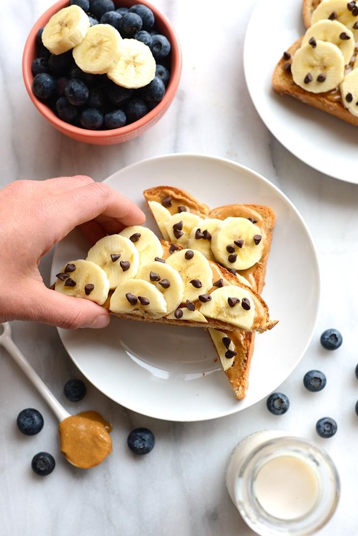 idée petit déjeuner sain et gourmand de tartines au beurre de cacahuète, bananes et pépites de chocolat