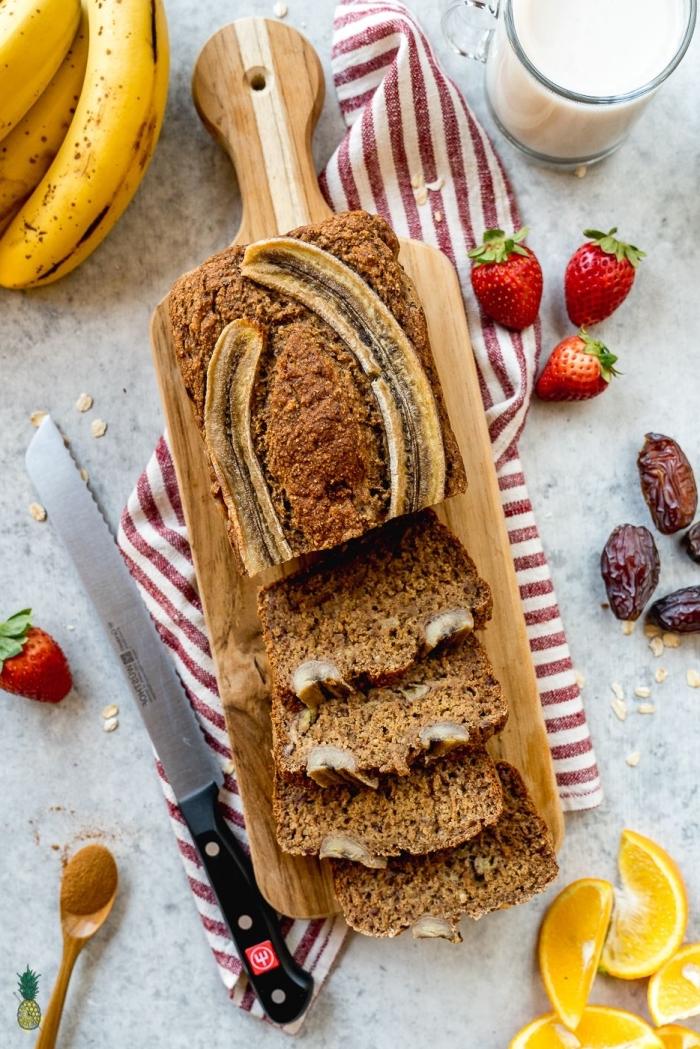 recette santé de pain végétalien aux bananes et aux dattes, sans lactose, sans oeufs et sans sucre ajouté, versions healthy de nos pâtisseries favorites
