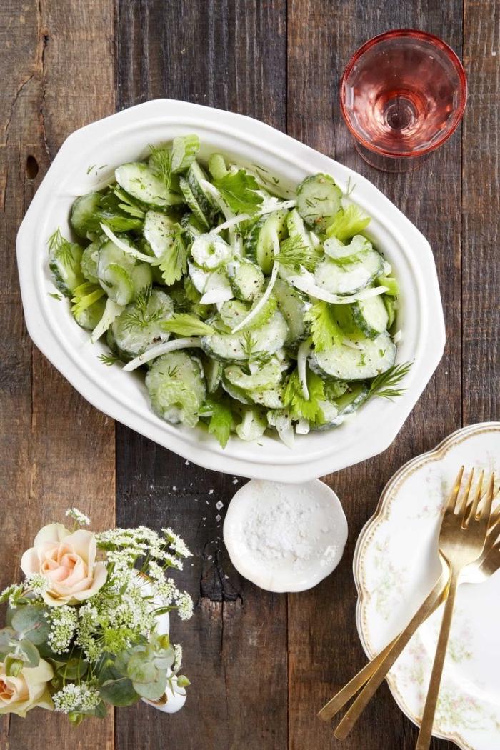 recette estivale facile et rapide de salade fraîcheur de concombre, céleri, oignon avec sauce de salade crémeuse