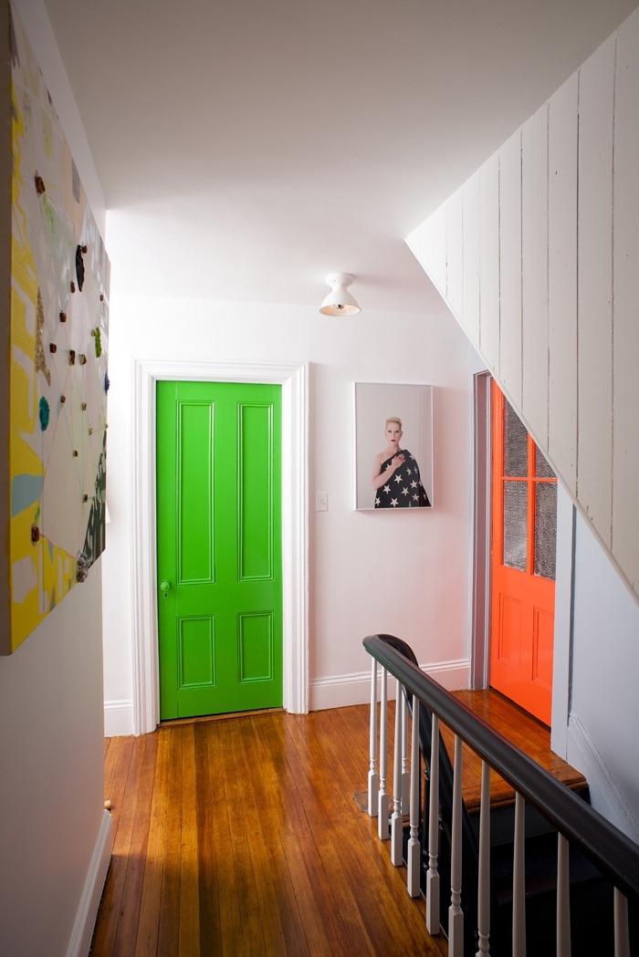 comment peindre une porte pour en fair un joli accent déco, des portes d'intérieur en teintes vitaminées pour réveiller un couloir blanc