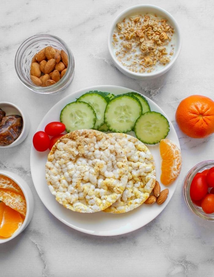 idée pour un petit déjeuner équilibré et sain de galettes de riz, avec des fruits, amandes et dattes