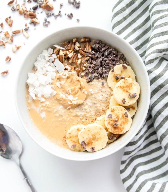 recette de overnight porridge crémeux et délicieux de graines de chia, bananes, beurre de cacahuètes et noix