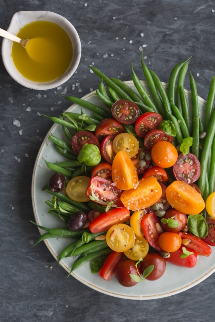 recette salade été italienne de la région de sicile à base de haricots verts, avec des tomates cerises ensoleillées, olives et câpres à la vinaigrette à la moutarde