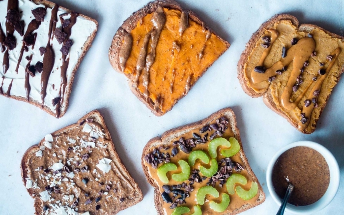 idée pour un petit déjeuner sain ou une collation healthy, cinq variantes de la tartine vegan gourmande