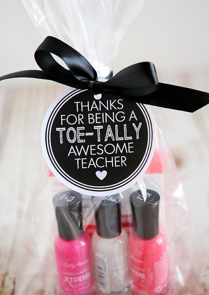 cadeau pour maitresse a fabriquer, vernis à ongles et autres produits soin ongles, étiquette cadeau et ruban noir