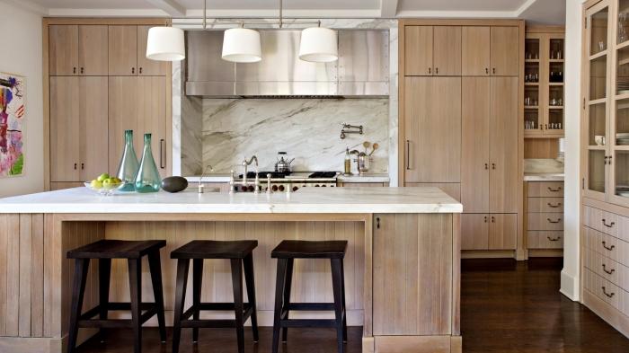 modèle de cuisine moderne avec meubles bois clair et crédence à design marbre, déco contemporaine dans une cuisine avec ilot
