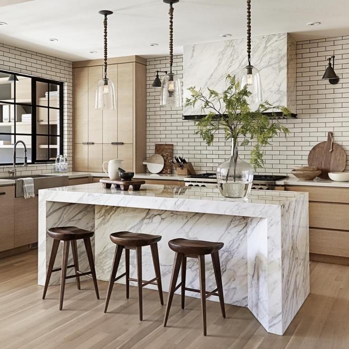 comment arranger une cuisine avec plantes et lampes de style industriel, pièce aux murs en carrelage briques blanchees