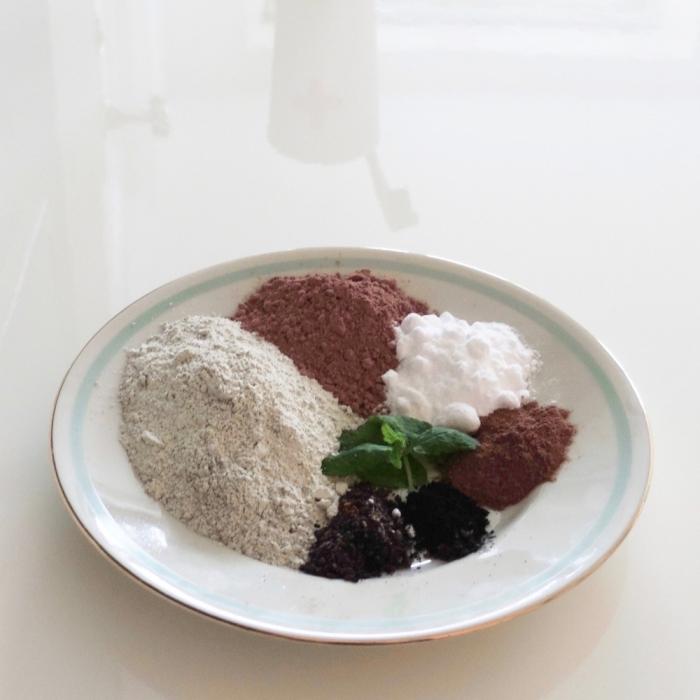 comment fabriquer son dentifrice en poudre et comment l'utiliser, recette de poudre à dents à base d'argile, bicarbonate de soude, cacao en poudre