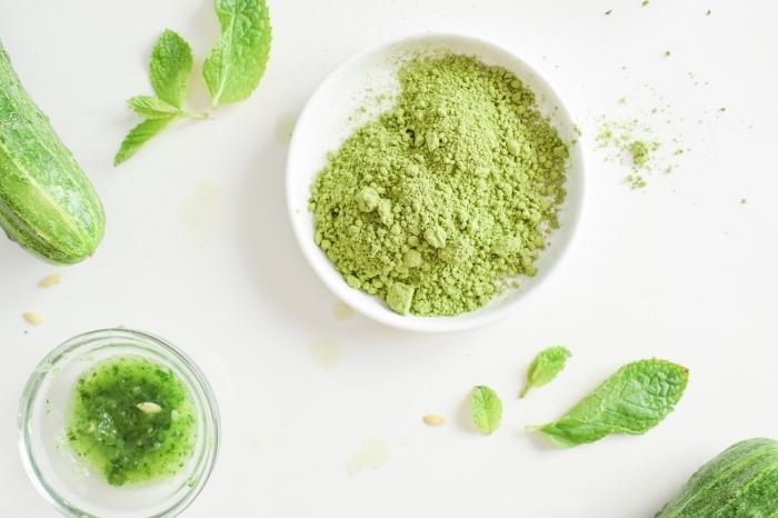 recette de masque concombre, poudre de thé vert matcha et menthe qui tonifie la peau et réduit les pores dilatés