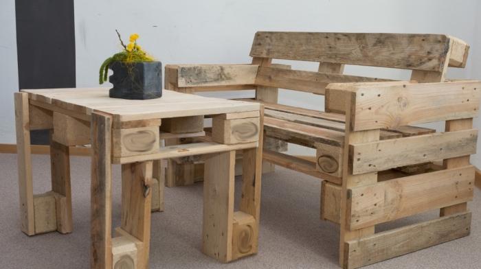 bricolage facile pour faire banc et table basse en palette, idée quoi faire avec palettes bois pour décorer espace extérieur ou intérieur