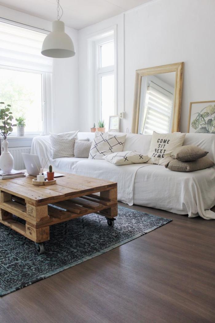 salon scandinave vintage en blanc avec une table basse en palettes, comment fabriquer table basse plateau en bois à partir des palettes récupérées