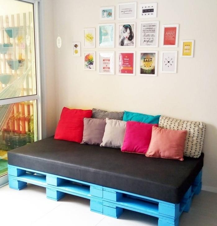 aménagement coin de repos dans une chambre ado fille avec un meuble de palette et mur de cadres photos