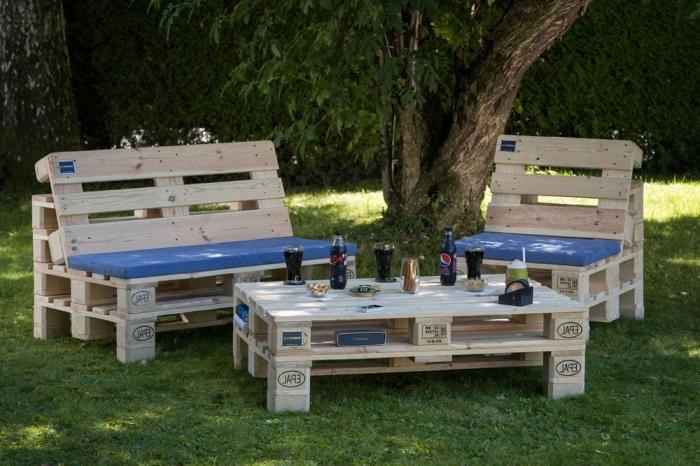 exemple de mobilier de jardin fabriqué en palettes de bois clair avec housse siège bleue, modèle de table basse en palette
