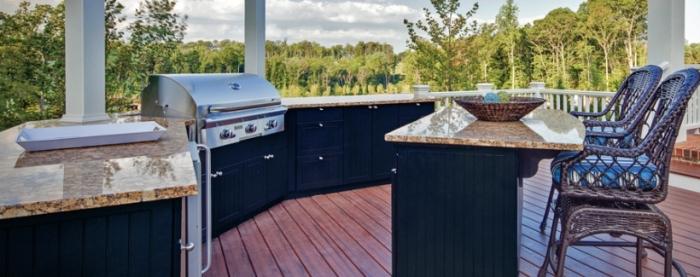 design extérieur moderne avec ilot aux armoires noires et équipement de cuisine en acier inoxydable, modèles de chaises de bar marron
