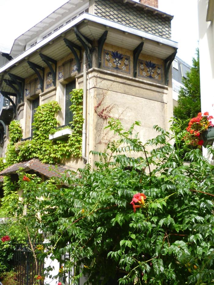 mur vegetal exterieur sur un édifice en style asiatique, plantes rampantes en vert clair, culture verticale, jardin vertical, parc fleuri autour