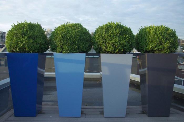 pots jardinieres hauts carré design avec plantes en boules pour cacher la vue de la terrasse