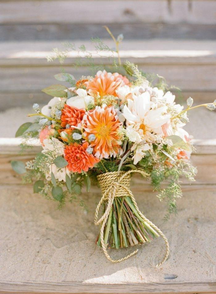 petit bouquet de jolies fleurs en orange et rose pâle, décoration ficelle de jute