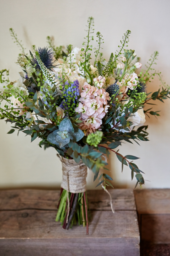 bouquet de fleurs en couleurs douces arrangées, bouquet de mariée vintage chic