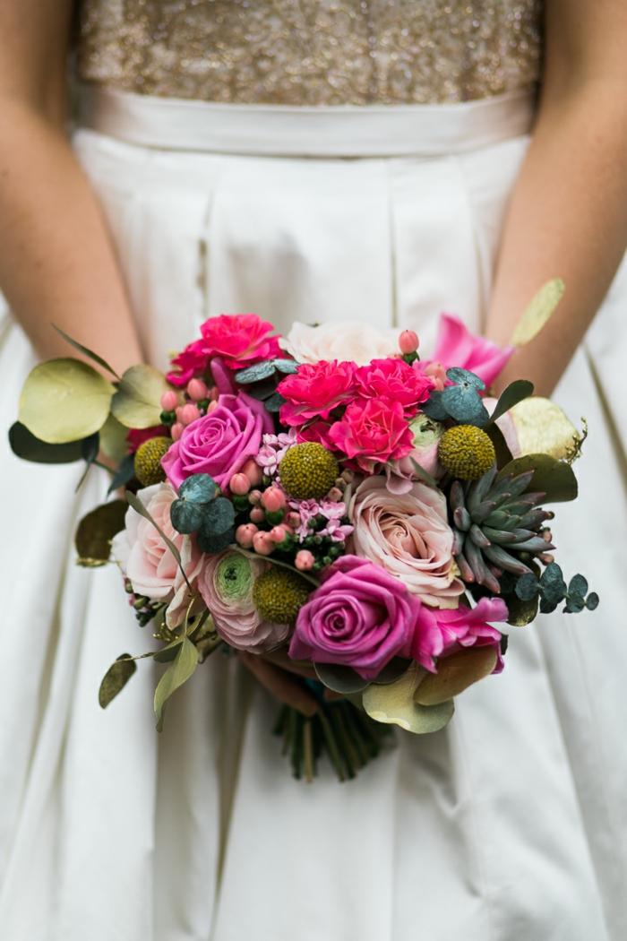 fleurs et succulentes assemblées en joli bouquet de fleurs style champêtre chic
