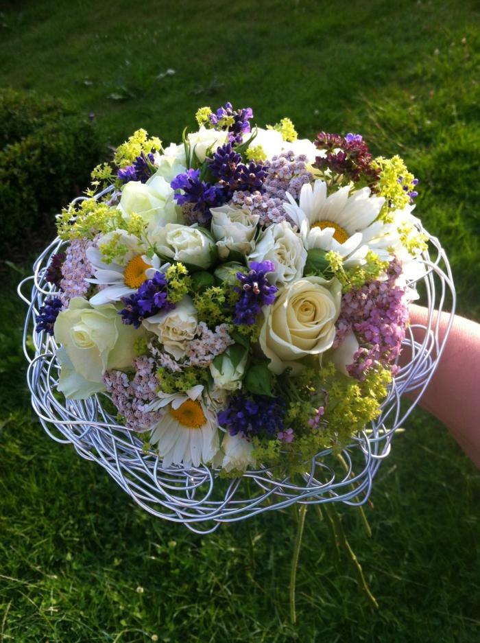 marguerites, lilas et roses dans un nid décoratif blanc, arrangement floral magnifique