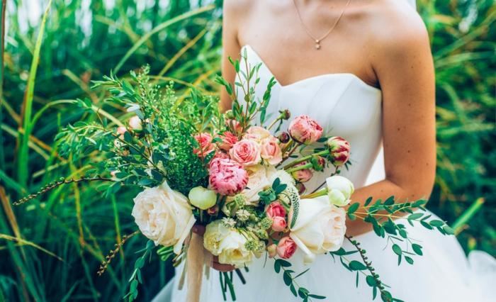 robe blanche bustier, bouquet de mariage élégant avec des fleurs et des herbes rustiques