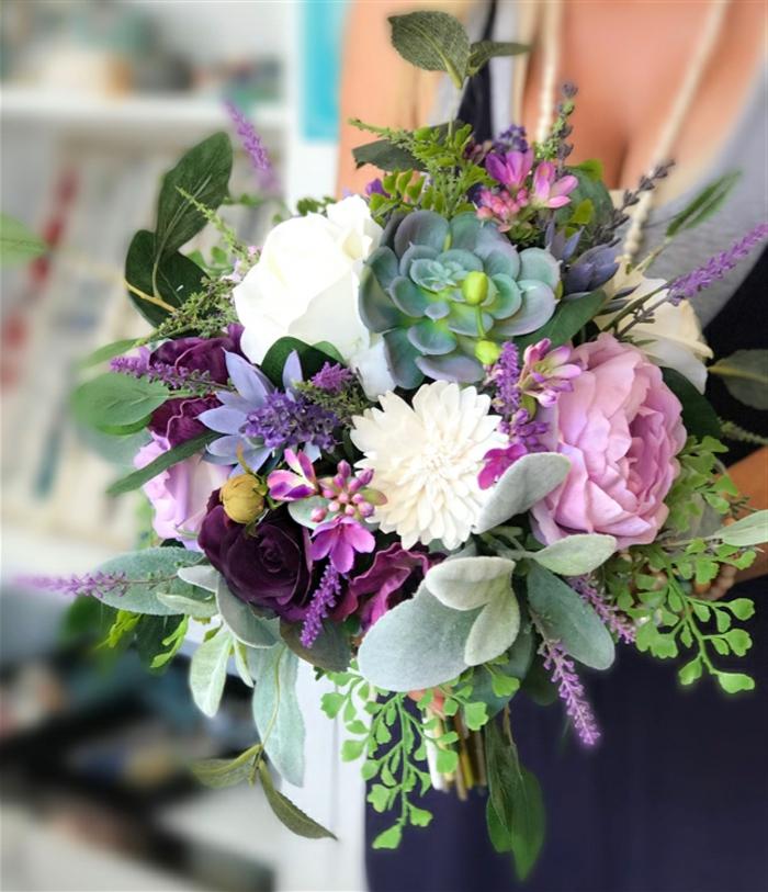 bouquet fleurs et succulents, arrangement de plantes douces et de feuillages